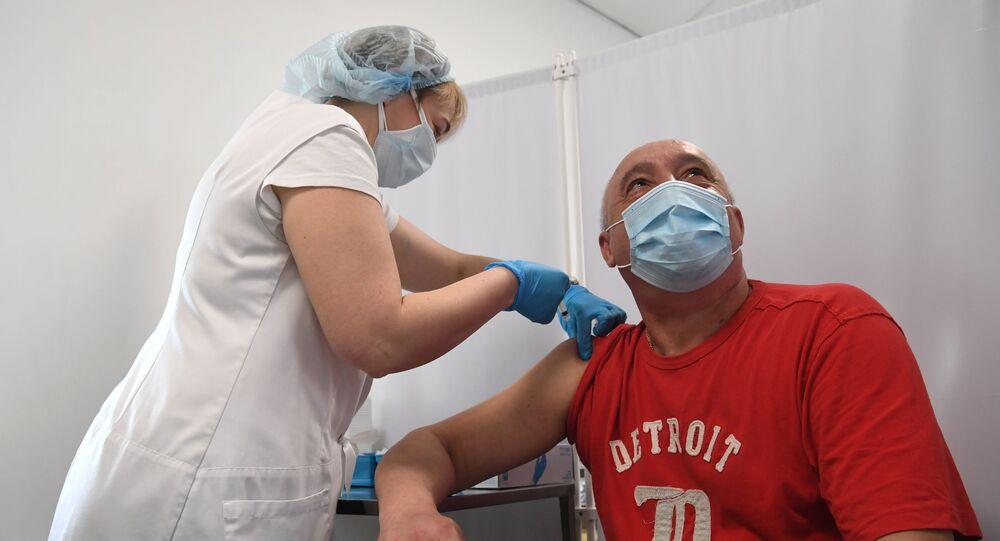 Mężczyzna w punkcie szczepień