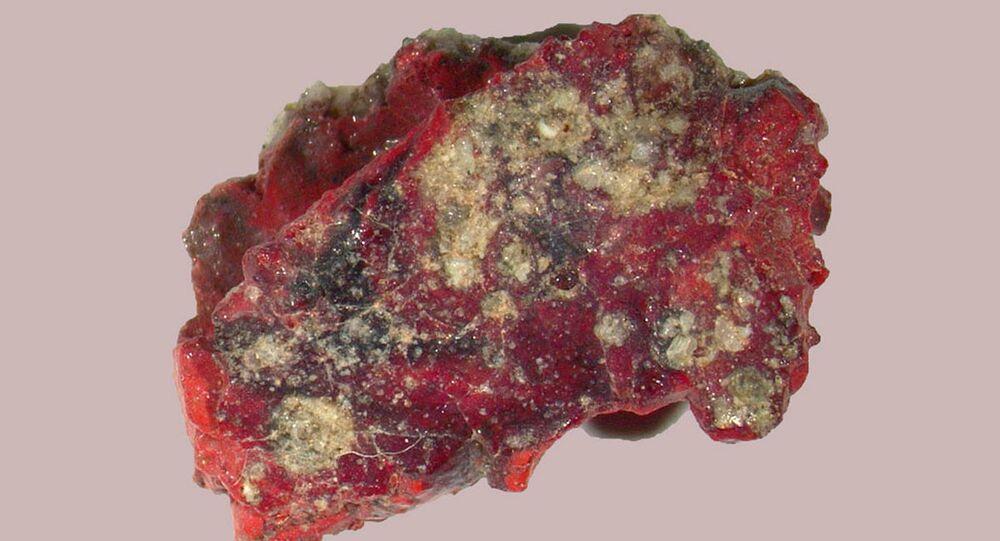 Trynityt -  szkliwo powstałe z ziaren piasku stopionych podczas wybuchu ładunku jądrowego.