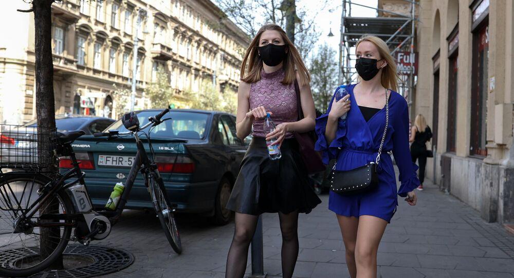 Dziewczyny w maskach ochronnych na bulwarze Wamhaz w Budapeszcie