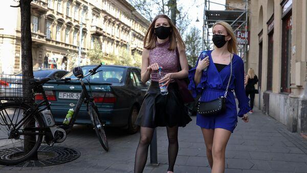 Dziewczyny w maskach ochronnych na bulwarze Wamhaz w Budapeszcie - Sputnik Polska