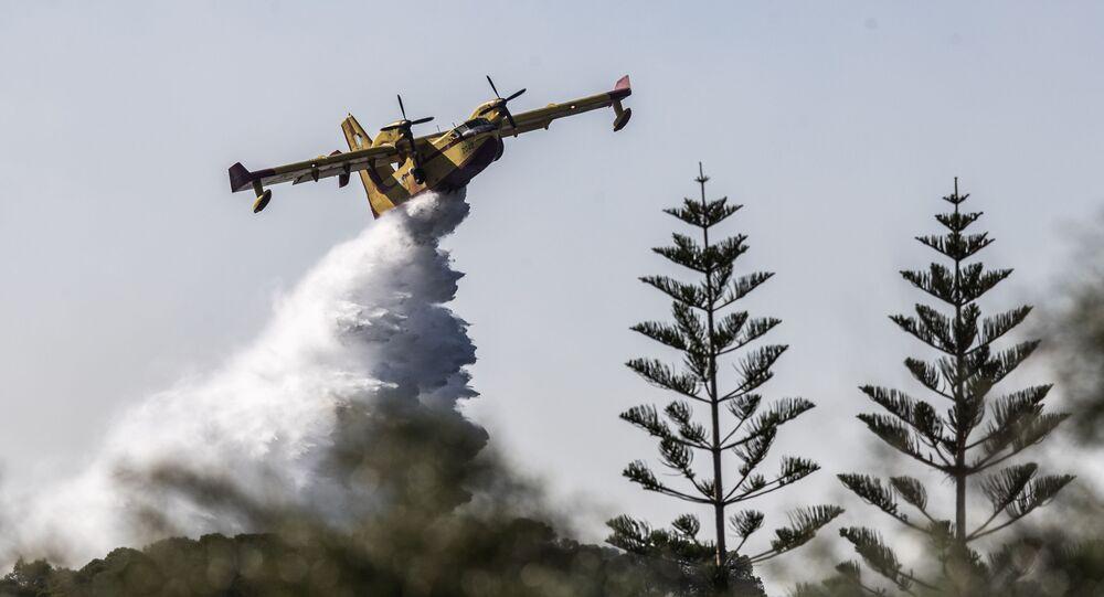 Gaszenia potężnego pożaru lasu w Grecji.