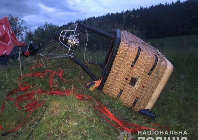 W obwodzie chmielnickim na Ukrainie na ziemię spadł balon, w którego koszu byli ludzie.