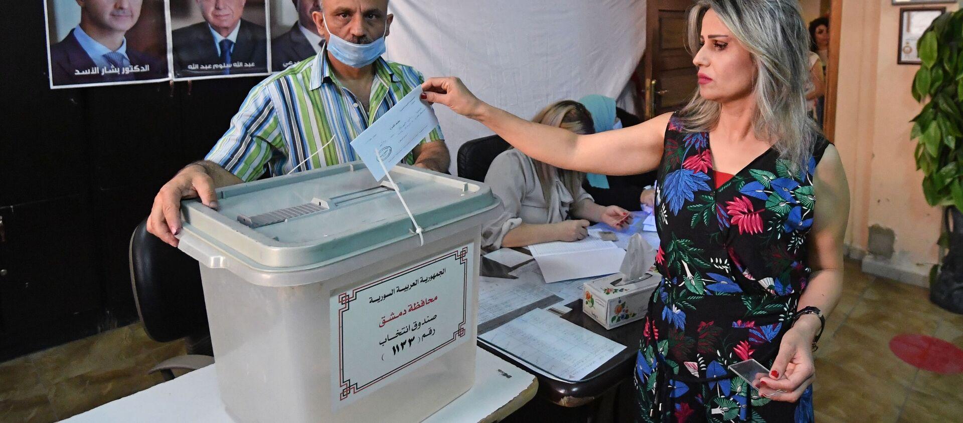 Kobieta głosuje w wyborach prezydenckich w Syrii w jednym z lokali wyborczych w Damaszku - Sputnik Polska, 1920, 26.05.2021