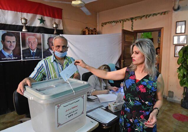 Kobieta głosuje w wyborach prezydenckich w Syrii w jednym z lokali wyborczych w Damaszku
