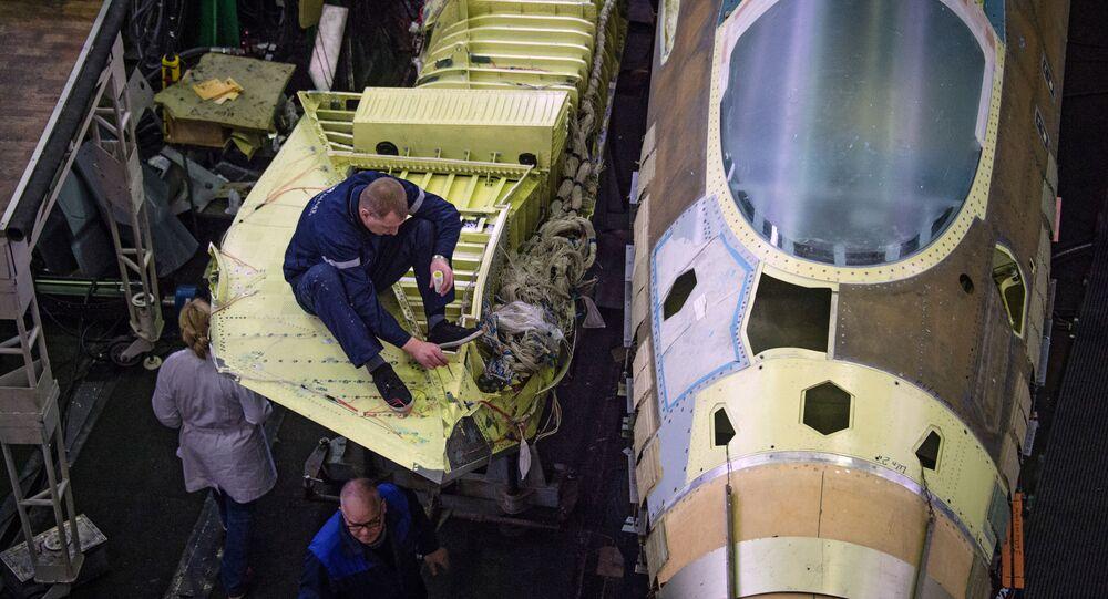 """Pracownicy firmy """"Suchoj"""" Zjednoczonej Korporacji Budowy Samolotów w jednym z zakładów montażu samolotu T-50"""