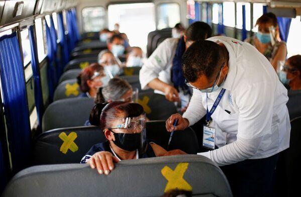 Punkt szczepień w autobusie, Meksyk - Sputnik Polska