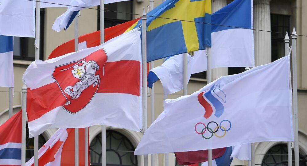 Flaga białoruskiej opozycji na Mistrzostwach Świata w hokeju na lodzie w Rydze.