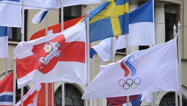Flaga białoruskiej opozycji na Mistrzostwach Świata w hokeju na lodzie w Rydze. - Sputnik Polska