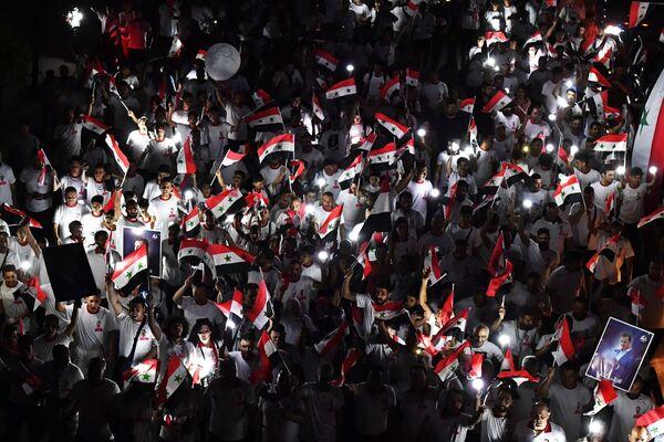 Uczestnicy wiecu poparcia dla prezydenta Syrii Baszara al-Assada w Damaszku - Sputnik Polska