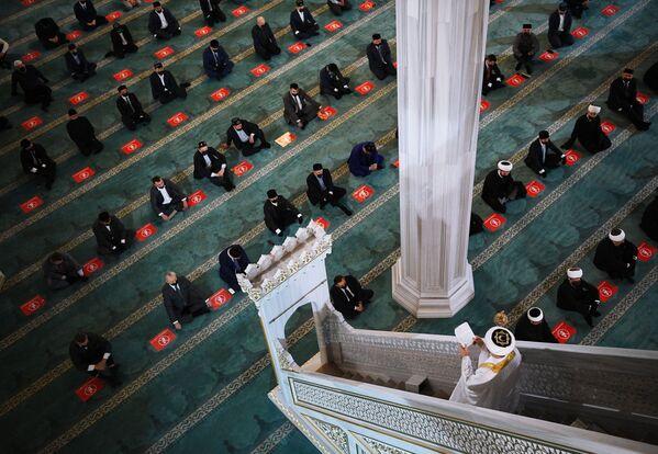 Wierni podczas świątecznej modlitwy ku czci Id al-Adha w Moskwie - Sputnik Polska