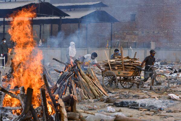 Masowa kremacja ofiar pandemii w Delhi - Sputnik Polska