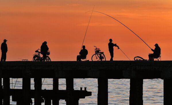 Rybacy na nabrzeżu w miejscowości wypoczynkowej Nowofedorowka na Krymie - Sputnik Polska