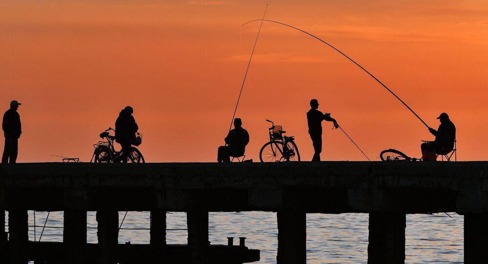 Rybacy na nabrzeżu w miejscowości wypoczynkowej Nowofedorowka na Krymie