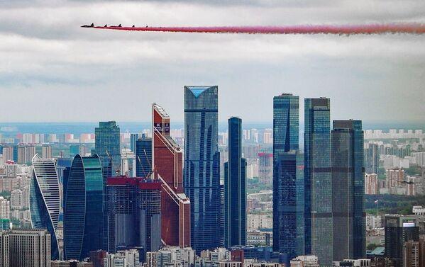 Samoloty Su-25BM przelatują nad Moskwą podczas lotniczej części Parady Zwycięstwa - Sputnik Polska