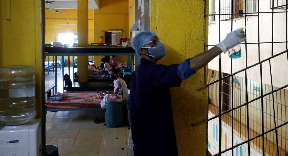 Dezynfekcja pomieszczenia do leczenia pacjentów z COVID-19 w Bombaju