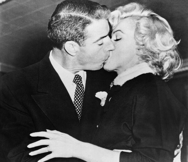 Marilyn z mężem Joe Di Maggio - Sputnik Polska