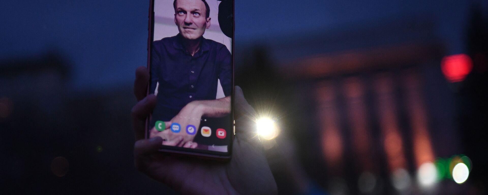 Smartfon ze zdjęciem Aleksieja Nawalnego - Sputnik Polska, 1920, 17.06.2021