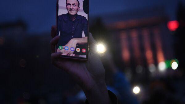 Smartfon ze zdjęciem Aleksieja Nawalnego - Sputnik Polska