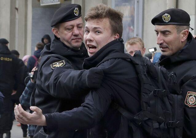 Policja zatrzymuje dziennikarza Ramana Pratasiewicza w Mińsku, Białoruś