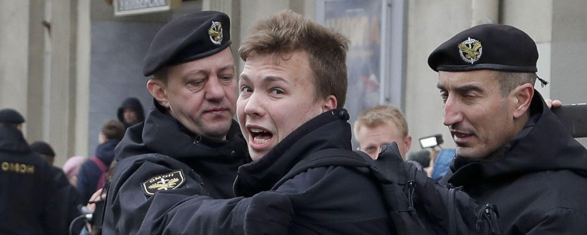 Policja zatrzymuje dziennikarza Ramana Pratasiewicza w Mińsku, Białoruś - Sputnik Polska, 1920, 05.06.2021