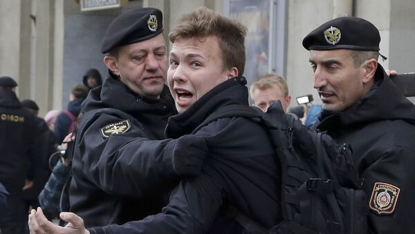 Policja zatrzymuje dziennikarza Ramana Pratasiewicza w Mińsku, Białoruś - Sputnik Polska