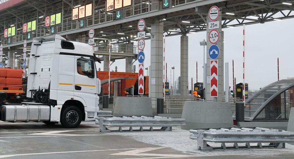 Samochody przy bramkach na autostradzie M-11 Moskwa - Petersburg