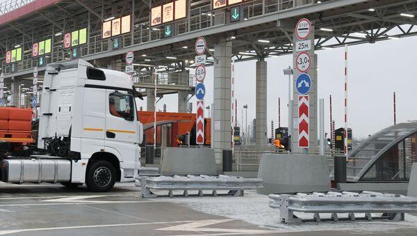 Samochody przy bramkach na autostradzie M-11 Moskwa - Petersburg - Sputnik Polska