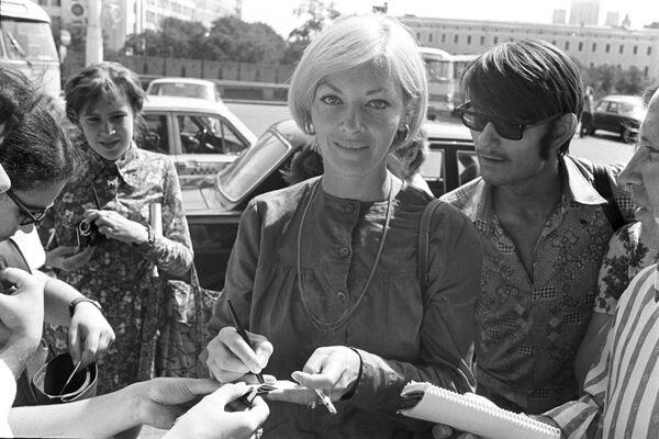 Barbara Brylska rozdaje w Moskwie autografy, 1975 rok  - Sputnik Polska