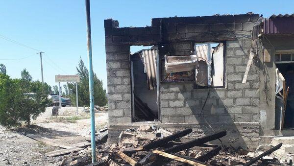 Zniszczony budynek w graniczącej z Tadżykistanem osadzie Maksat. - Sputnik Polska