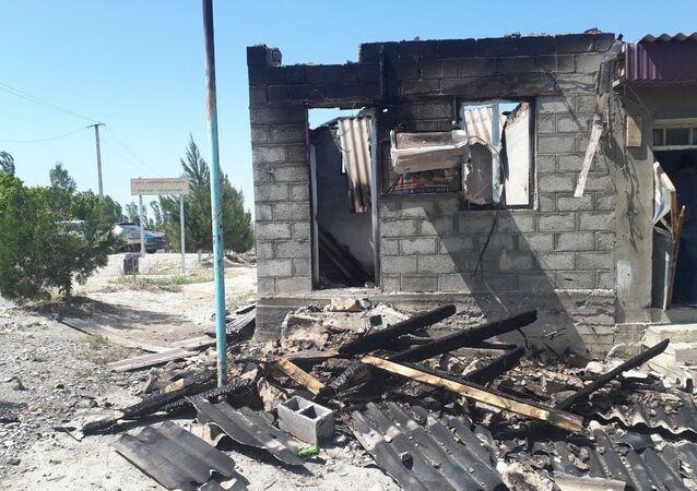 Zniszczony budynek w graniczącej z Tadżykistanem osadzie Maksat.