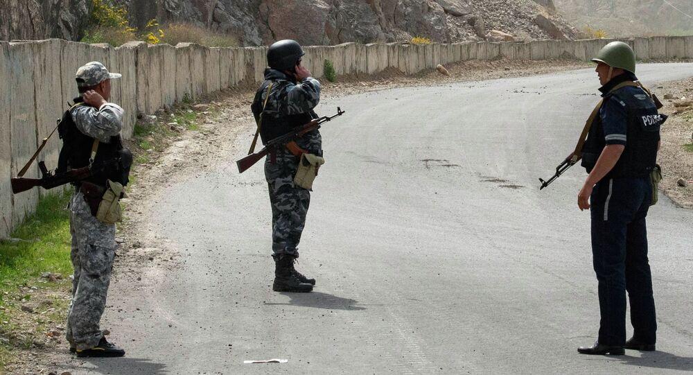 Kirgiscy żołnierze i funkcjonariusze policji na terenie wsi Kok-Tasz na granicy Kirgistanu i Tadżykistanu.