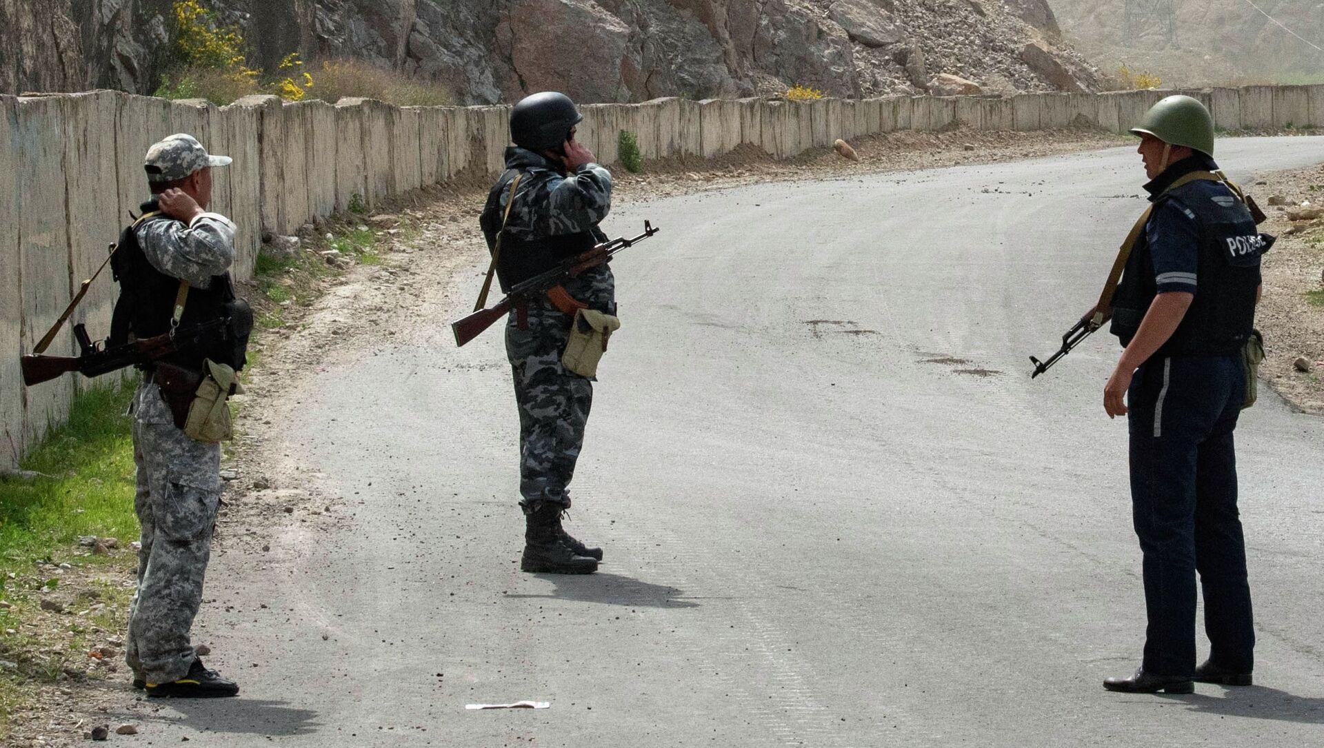 Kirgiscy żołnierze i funkcjonariusze policji na terenie wsi Kok-Tasz na granicy Kirgistanu i Tadżykistanu. - Sputnik Polska, 1920, 06.06.2021