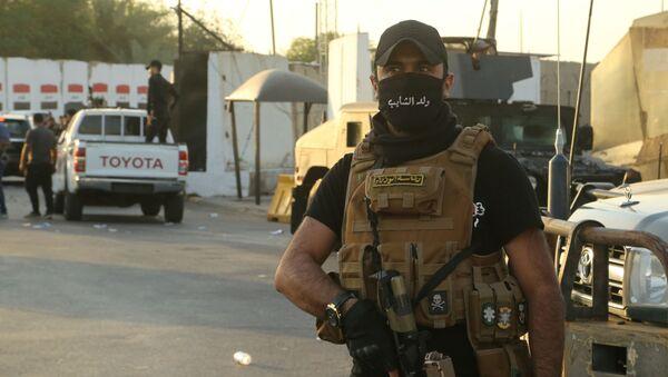 Pracownicy sił bezpieczeństwa na ulicy w Bagdadzie - Sputnik Polska
