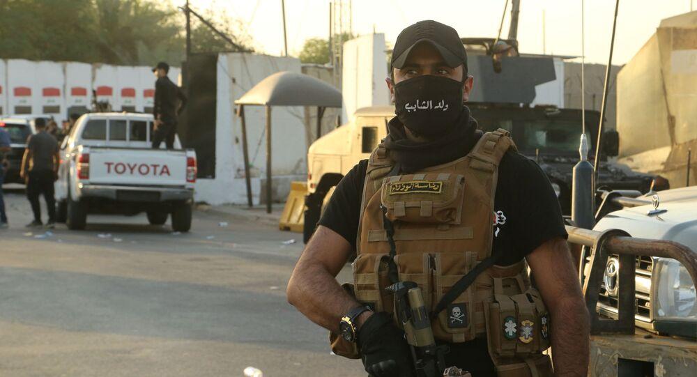 Pracownicy sił bezpieczeństwa na ulicy w Bagdadzie