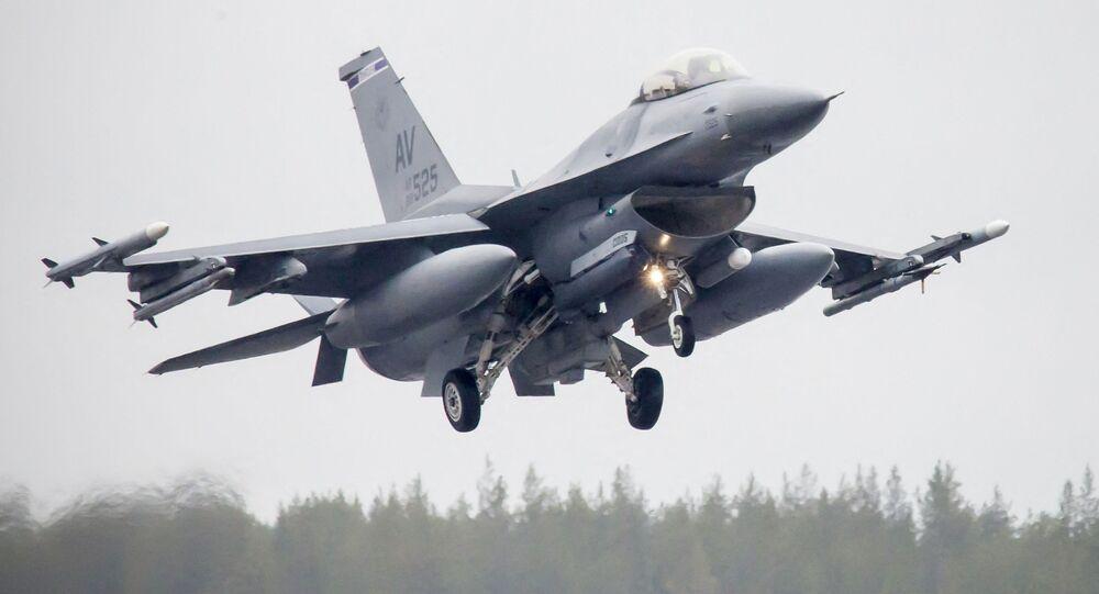 Amerykański myśliwiec F-16CM Fighting Falcon podczas ćwiczeń Arctic Challenge w Szwecji