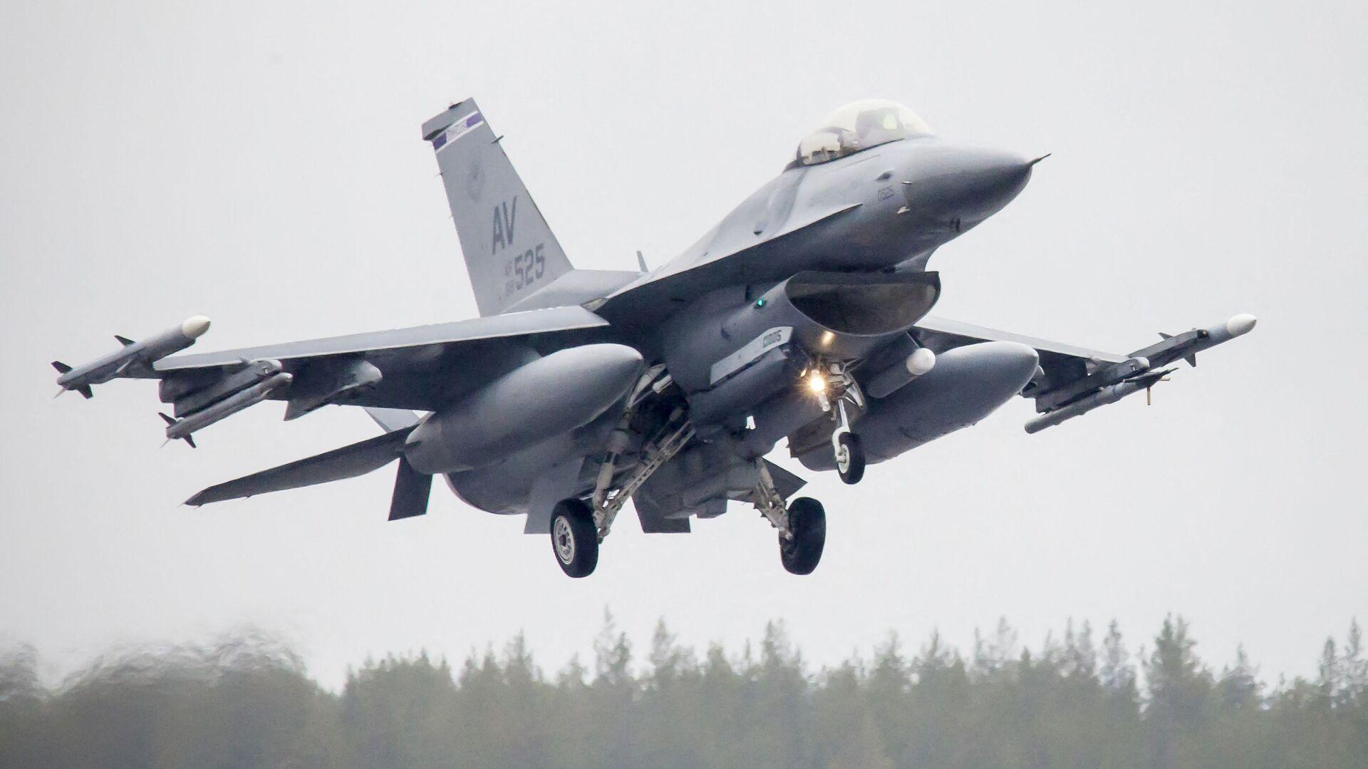 Amerykański myśliwiec F-16CM Fighting Falcon podczas ćwiczeń Arctic Challenge w Szwecji - Sputnik Polska, 1920, 09.07.2021