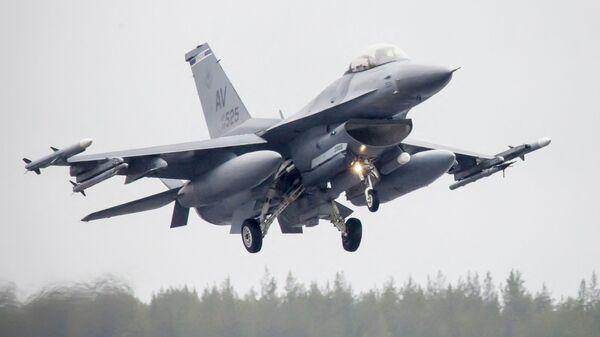 Amerykański myśliwiec F-16CM Fighting Falcon podczas ćwiczeń Arctic Challenge w Szwecji - Sputnik Polska