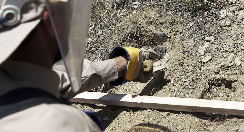Członek organizacji non-profit HALO Trust podczas rozminowywania w Afganistanie