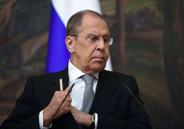 Minister spraw zagranicznych Rosji Siergiej Ławrow podczas wspólnej konferencji prasowej z ministrem spraw zagranicznych Mongolii Batmunkhiinem Battsegiem po spotkaniu w Moskwie