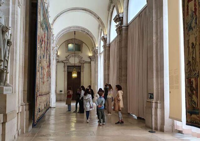Słynne gobeliny Rafaela w dużej galerii Pałacu Królewskiego w Madrycie.