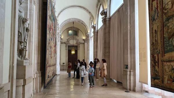 Słynne gobeliny Rafaela w dużej galerii Pałacu Królewskiego w Madrycie. - Sputnik Polska