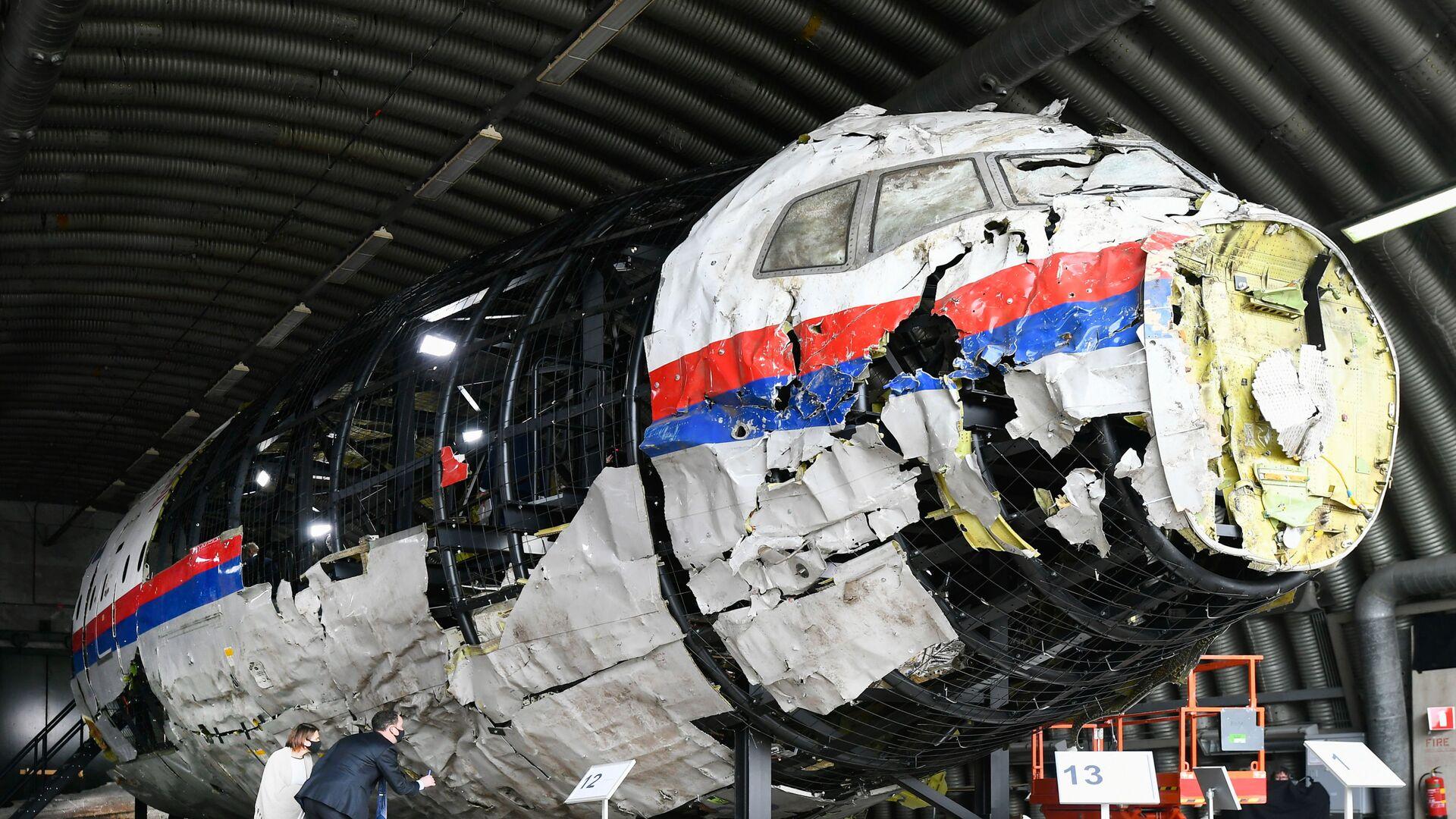 Zrekonstruowany wrak lotu MH17 Malaysia Airlines w bazie lotniczej Gilse-Reyen w Holandii - Sputnik Polska, 1920, 30.07.2021