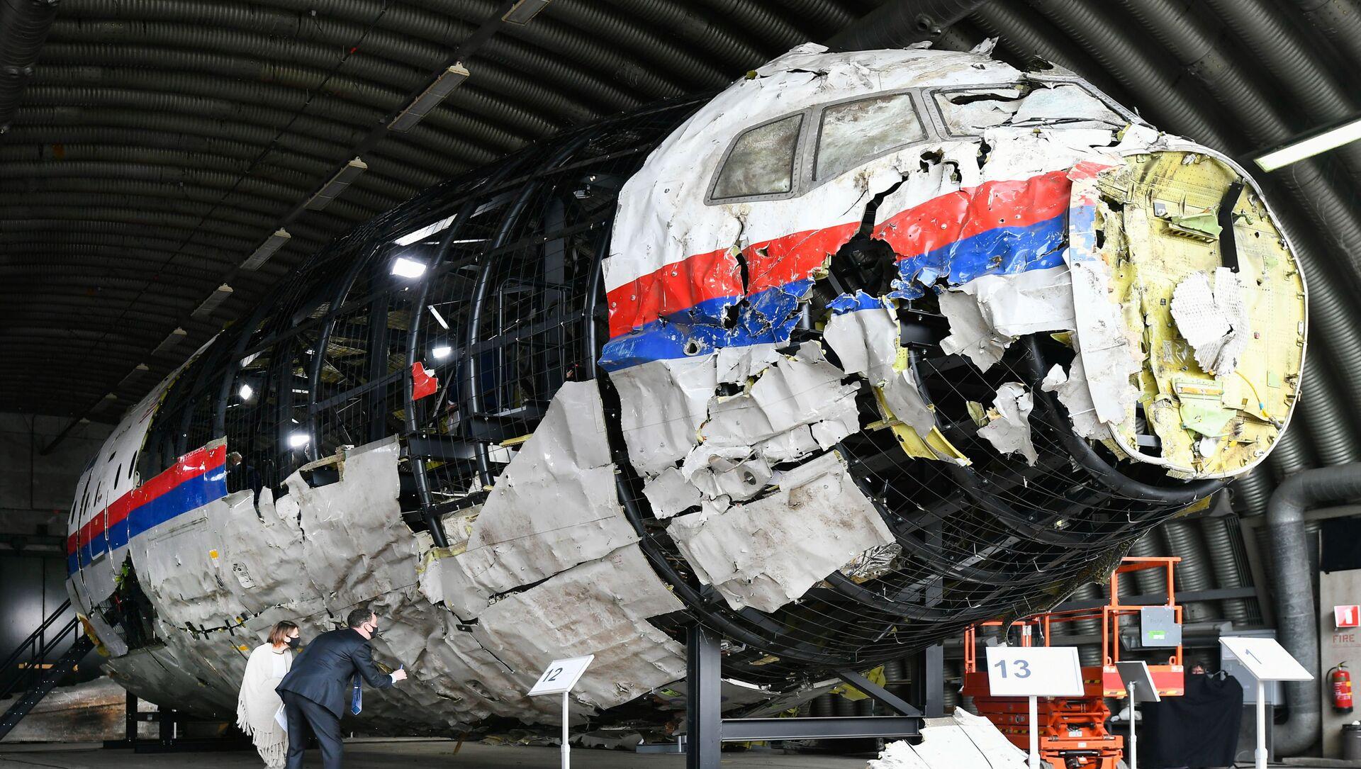 Zrekonstruowany wrak lotu MH17 Malaysia Airlines w bazie lotniczej Gilse-Reyen w Holandii - Sputnik Polska, 1920, 10.06.2021