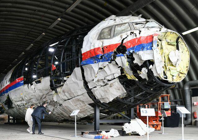 Zrekonstruowany wrak lotu MH17 Malaysia Airlines w bazie lotniczej Gilse-Reyen w Holandii