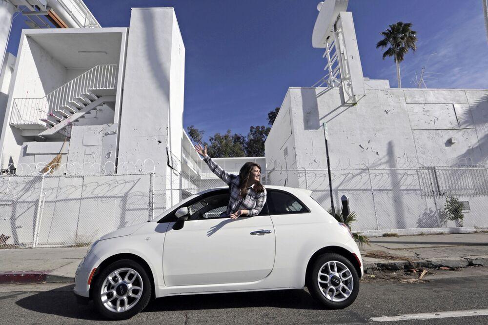 Samochód na ulicy Sunset Boulevard w Los Angeles
