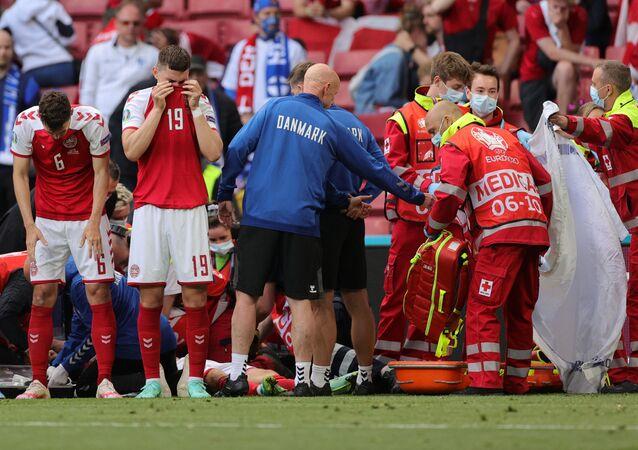 Euro 2020: Mecz Dania - Finlandia, medycy udzielają pomocy duńskiemu zawodnikowi Christianowi Eriksenowi, który stracił przytomność w trakcie gry