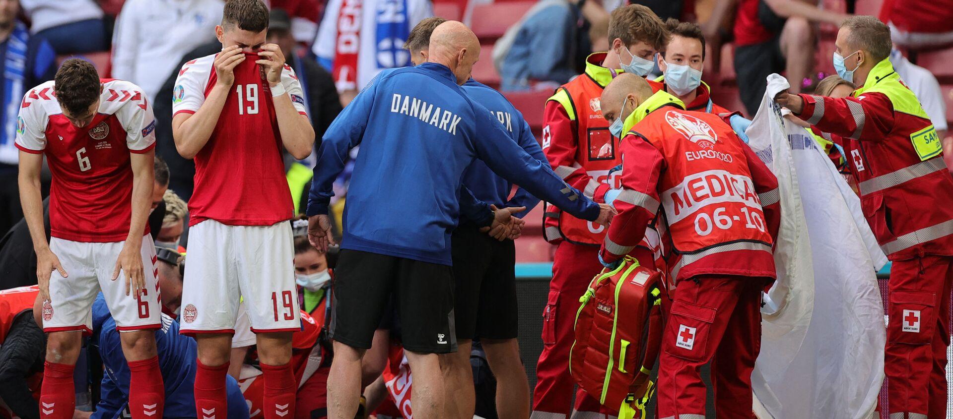 Euro 2020: Mecz Dania - Finlandia, medycy udzielają pomocy duńskiemu zawodnikowi Christianowi Eriksenowi, który stracił przytomność w trakcie gry - Sputnik Polska, 1920, 12.06.2021