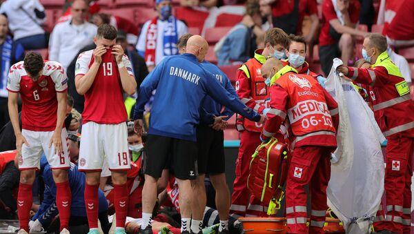 Euro 2020: Mecz Dania - Finlandia, medycy udzielają pomocy duńskiemu zawodnikowi Christianowi Eriksenowi, który stracił przytomność w trakcie gry - Sputnik Polska