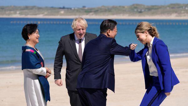 Premier Wielkiej Brytanii Boris Johnson z żoną Kerry podczas spotkania z parą prezydencką Korei Południowej w Kornwalii - Sputnik Polska