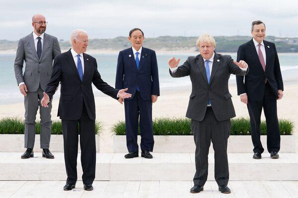 Liderzy szczytu G7 podczas grupowego zdjęcia w Kornwalii - Sputnik Polska